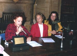 En el centro susana Perez Gallart, vicepresidenta de la Asamblea Permanente por los Derechos Humanos. A su lado, Diana Maffia, Defensora del Pueblo en el area Derechos Humanos y Genero. Recibió el premio Dignidad en el año 2001. Hablando:Eva Giberti y sentado el Profesor Jose Topf. De pie,licenciada Leonor Nuñez